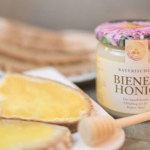 Bienenhonig auf Butterbrot