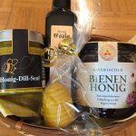 Geschenkkorb aus Honigsenf, Honigessig, Bienenhonig und Kerze