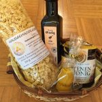 Geschenkkorb aus Honignudeln, Honigessig, Bienenhonig und Kerze